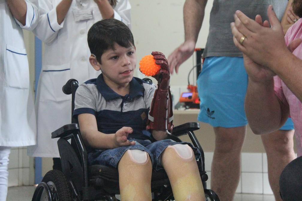 João Victor em sua primeira experiência com a prótese.  — Foto: Pedro Bentes/G1