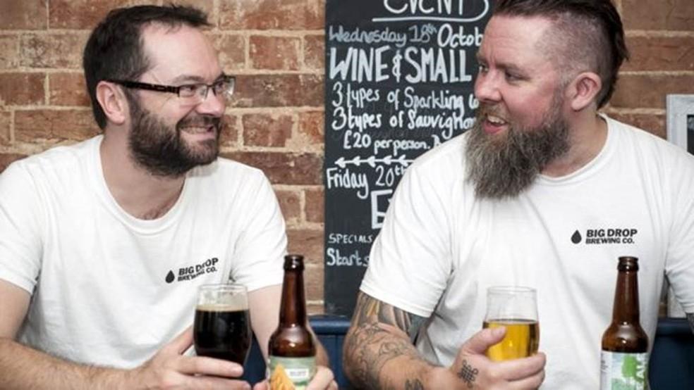 O cervejeiro Rob Fink (esq.) critica os critérios usados no Reino Unido para definir o que é cerveja sem álcool — Foto: BBC