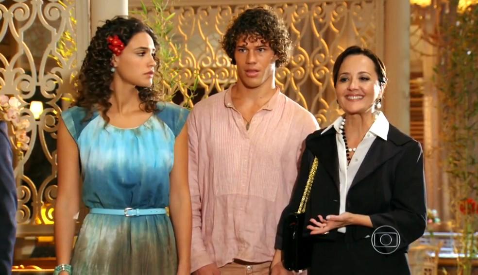 Guiomar (Cláudia Netto) desmascara Dionísio (Sérgio Mamberti) na frente de todos - 'Flor do Caribe'  — Foto: Globo