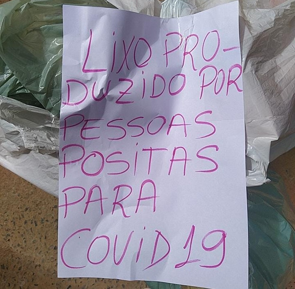 Enfermeiro deixa recado em lixo para que coletores tomem cuidado — Foto: Túlio Barbosa Oliveira/Arquivo pessoal