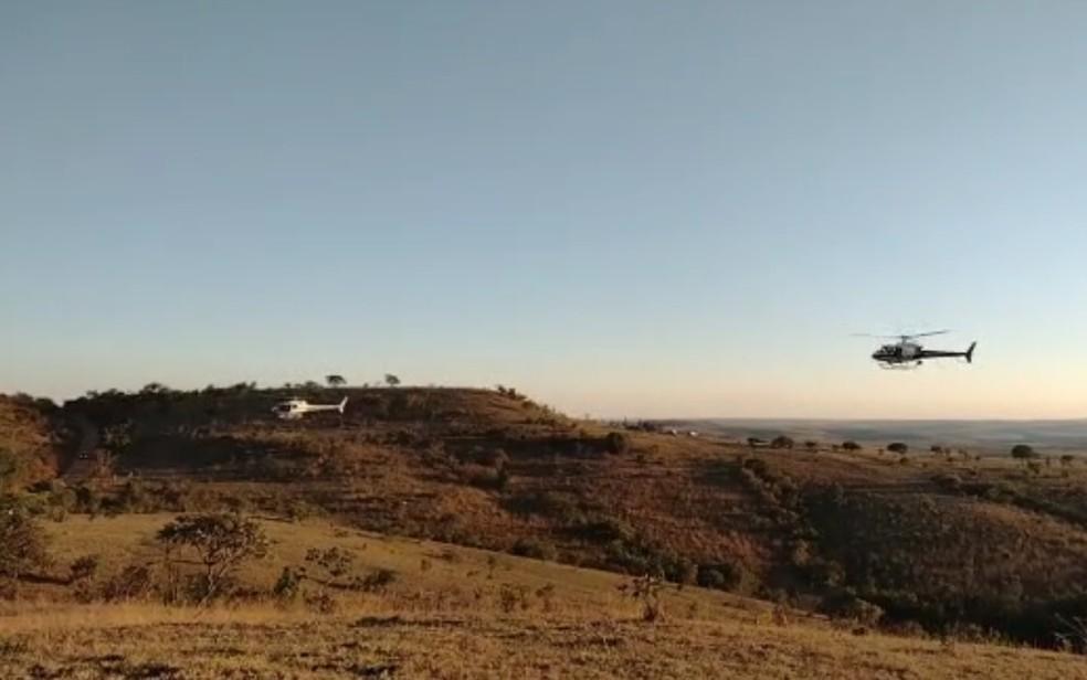 Helicóptero sobrevoa área onde foi ouvido tiros, em Cocalzinho de Goiás — Foto: Reprodução/TV Anhanguera