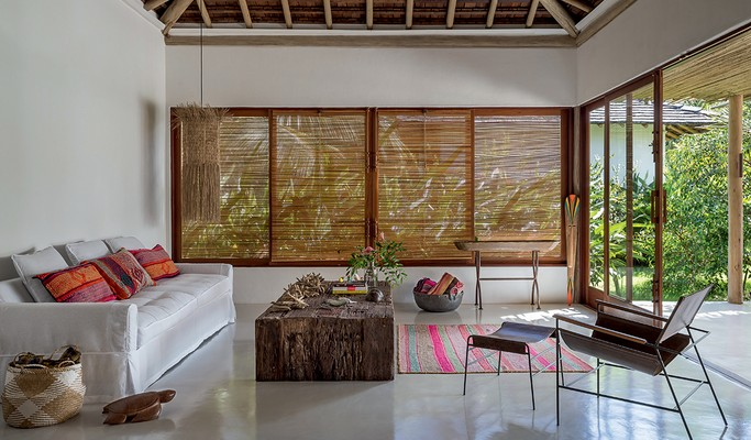 Casa integrada à natureza em Trancoso mistura estilo rústico e moderno