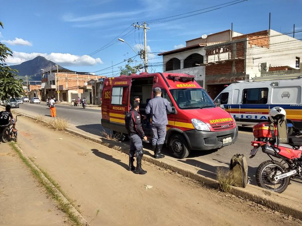 Militares tentaram socorrer vítima com manobras para reanimá-lo (Foto: Tiago Carvalho/Inter TV dos Vales)