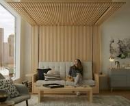 Cama embutida no teto vira sofá e mesa de centro