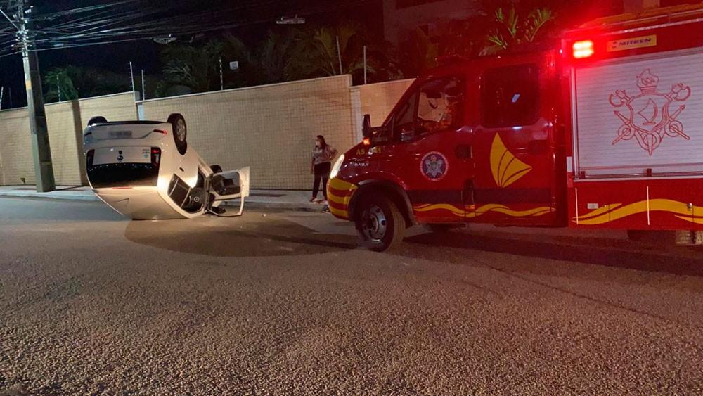 Carro capota após colisão em cruzamento no Bairro de Fátima em Fortaleza