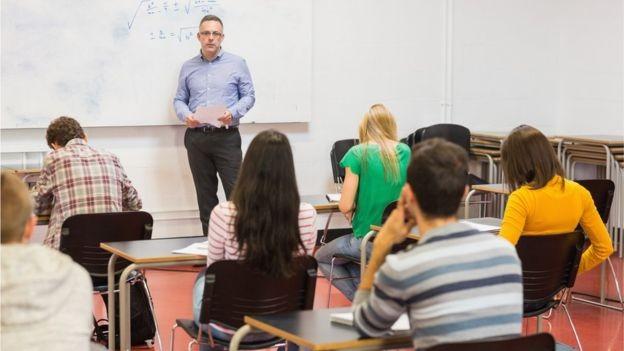 'Os salários aumentaram um pouco. Mas o Brasil não fez o suficiente para tornar a carreira de professor intelectualmente atrativo', diz o diretor de educação da OCDE (Foto: WAVEBREAKMEDIA/GETTY IMAGES via BBC News Brasil)