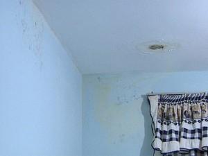 Infiltrações tomam quase todos os apartamentos do conjunto habitacional (Foto: Claudio Oliveira/EPTV)