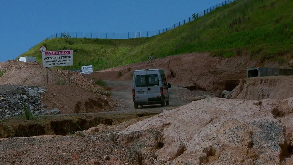 Acesso à obra da UFRPE é complicado até mesmo para veículos grandes (Foto: Reprodução/TV Globo)