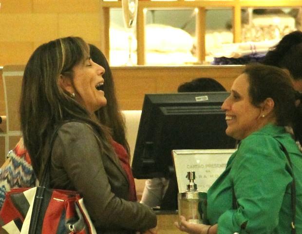 Gloria Pires e amiga colocam o papo em dia  (Foto: J Humberto/Agnews)