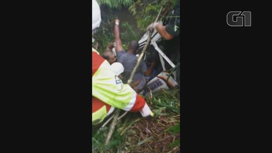 Homem fica preso nas ferragens após acidente em rodovia no interior de SP