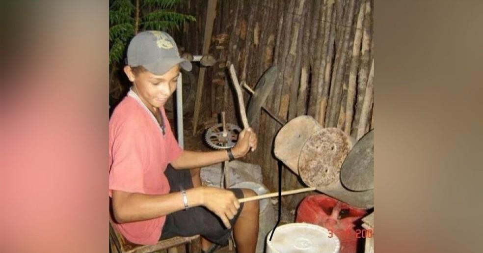 Baterista toda desde criança com materiais reciclados no interior do Ceará — Foto: Arquivo Pessoal