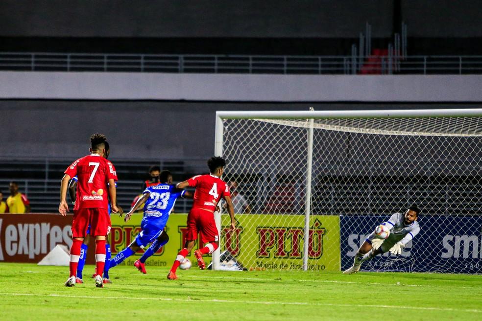 Goleiro do CSA, Thiago Rodrigues faz defesa no clássico contra o CRB — Foto: Ailton Cruz/Gazeta de Alagoas