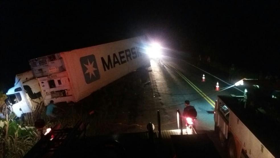 Segundo a PRF, carreta e picape bateram de frente, em Cáceres (Foto: Corpo de Bombeiros de Mato Grosso/Assessoria)