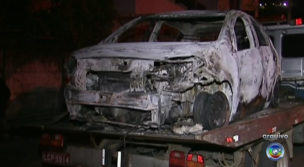 Carro da família foi encontrado queimado na época (Foto: Reprodução/TV TEM)