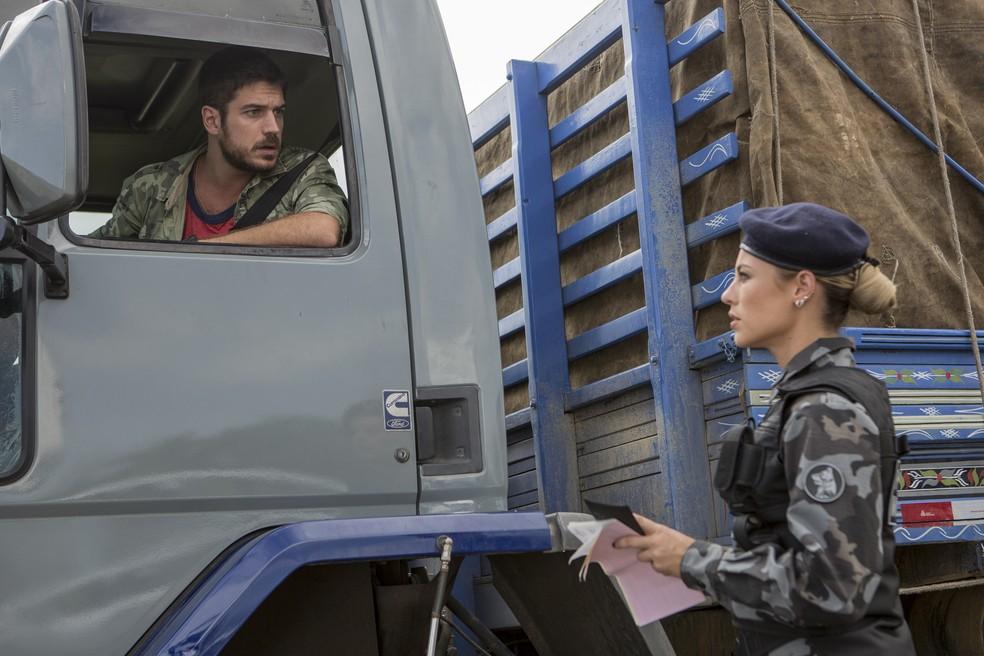 Zeca fica revoltado com desconfiança da policial — Foto: Felipe Monteiro/Gshow