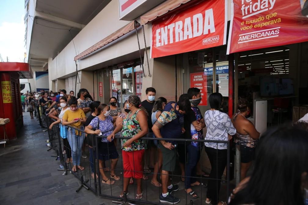 Fila para entrar em loja de departamento em Fortaleza, Ceará. Movimento na capital cearense foi modesto. — Foto: José Leomar/SVM