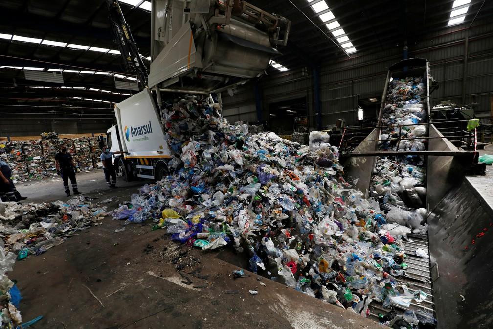 Toneladas de plástico são despejadas em centro de processamento em Seixal, Portugal, em foto de 7 de julho — Foto: Rafael Marchante/Reuters