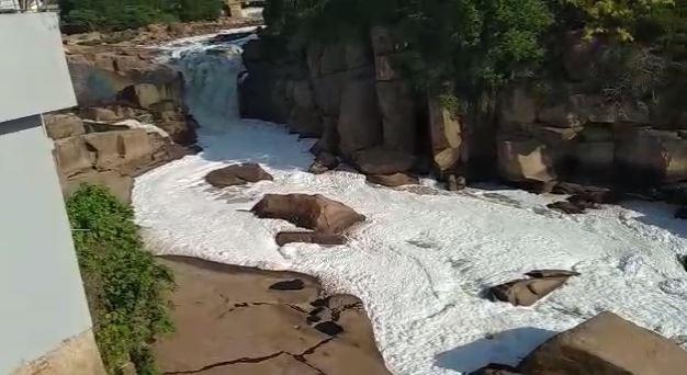 Poluição volta a mudar paisagem no Rio Tietê em Salto