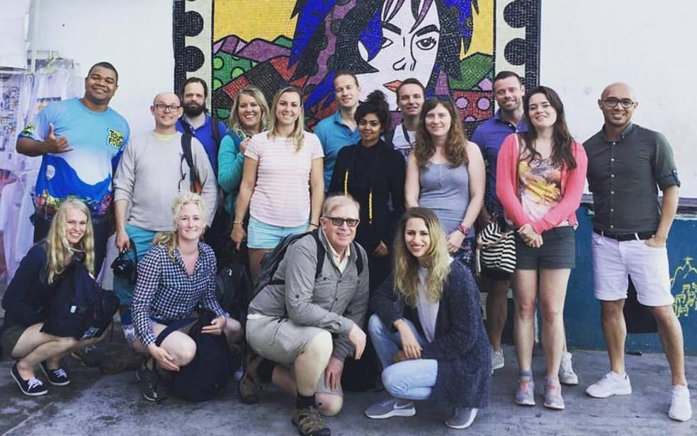 Thiago Firmino com turistas holandeses na Favela Santa Marta: