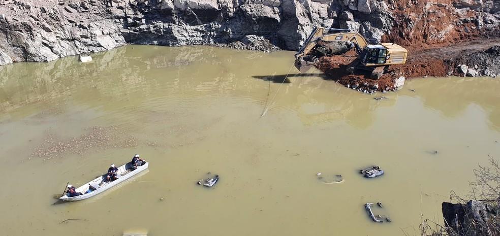 Polícia Civil retira carros de lago em antiga pedreira de Salto de Pirapora — Foto: Moniele Nogueira/TV TEM