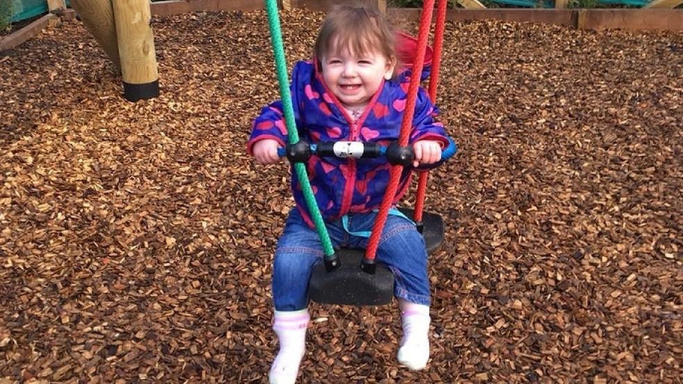 Depois de várias consultas e uma cirurgia, Orla está feliz e saudável (Foto: Arquivo pessoal/Gemma Fraser)
