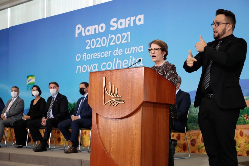 Ministra da Agricultura, Tereza Cristina, discursa no lançamento do Plano Safra 2020/21 observada pelo presidente Jair Bolsonar — Foto: Carolina Antunes/PR