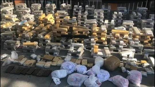 Polícia apreende quatro fuzis e mais de duas toneladas de drogas na Zona Norte do Rio