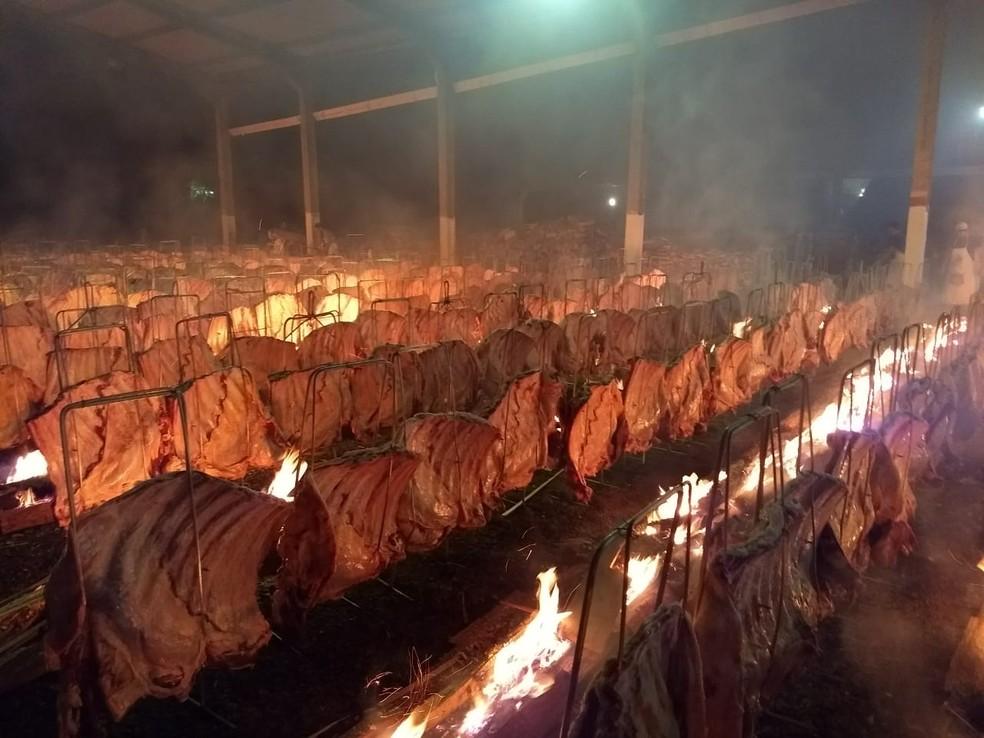 Mais de 500 costelões serão assados no fogo de chão na Festa do Trabalhador, em Cascavel — Foto: Cícero Bittencourt/RPC