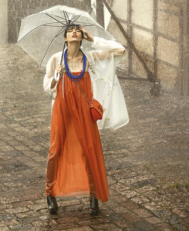 Na temporada de chuva, aposte na capa impermeável para compor seu look (Foto: Gustavo Ipólito (MLages))