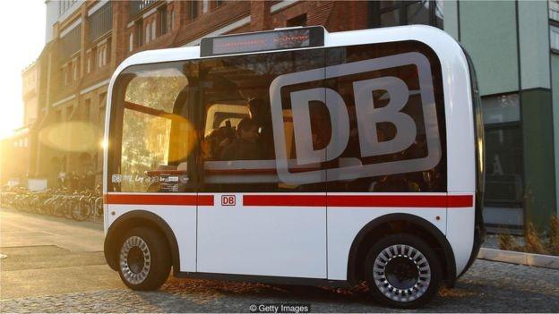 Um ônibus público autônomo em Berlim, na Alemanha, é uma colaboração entre a companhia de trem alemã Deutsche Bahn e a Universidade Técnica de Berlim, no campus da universidade (Foto: Getty Images/BBC)