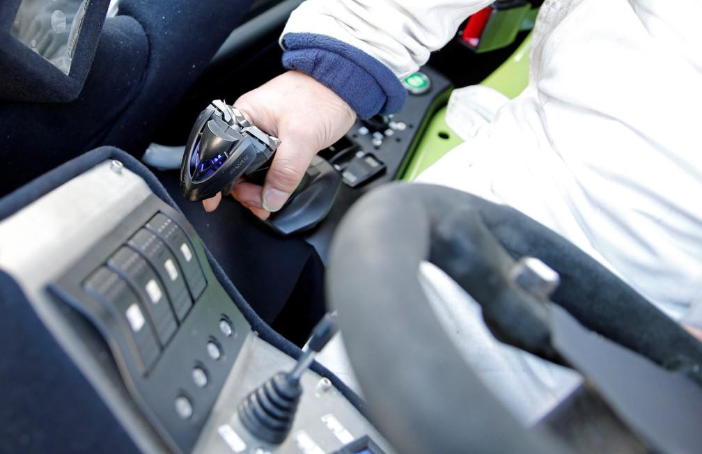 Manobra é feita por meio de joystick (Foto: Toru Hanai/Reuters)