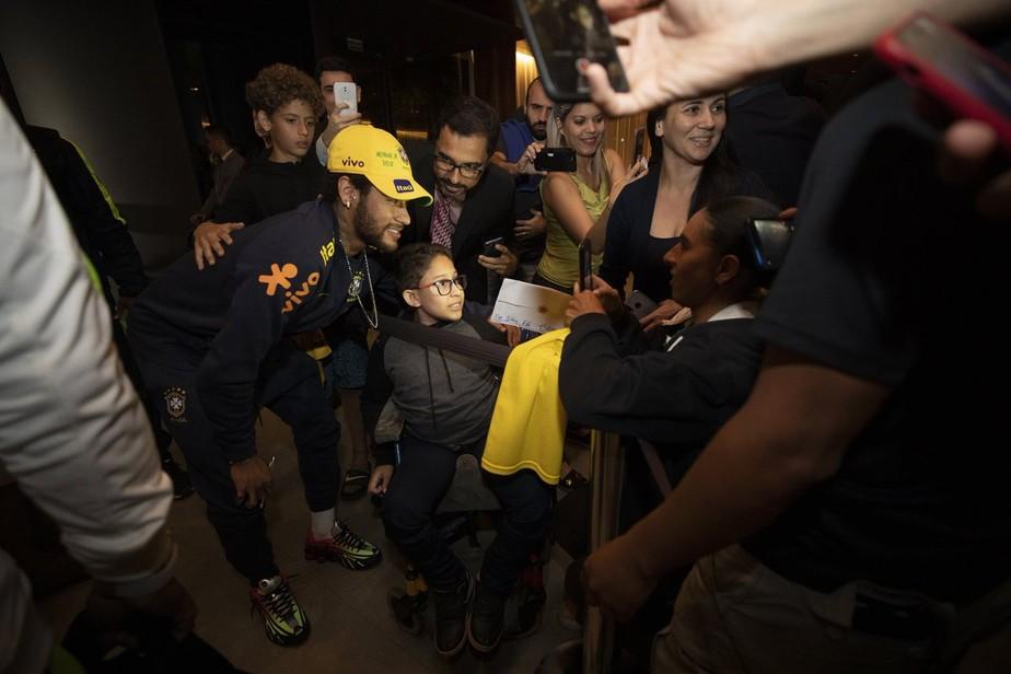 Com festa da torcida para Neymar, seleção brasileira chega a Brasília para o amistoso com Catar