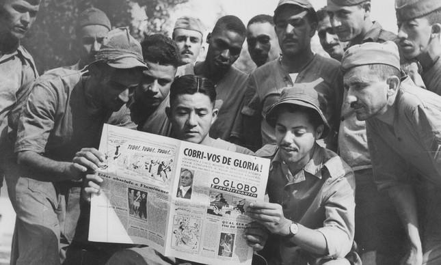 Soldados da FEB lendo o Globo Expedicionário