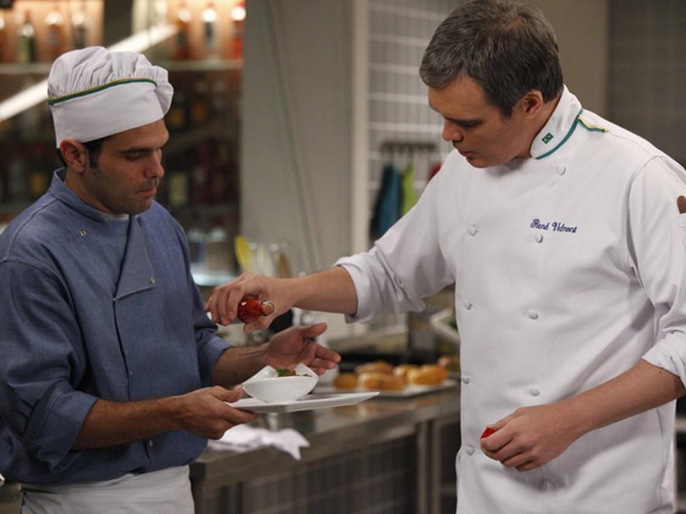 René sabota prato de Tereza Cristina em 'Fina Estampa' — Foto: Globo