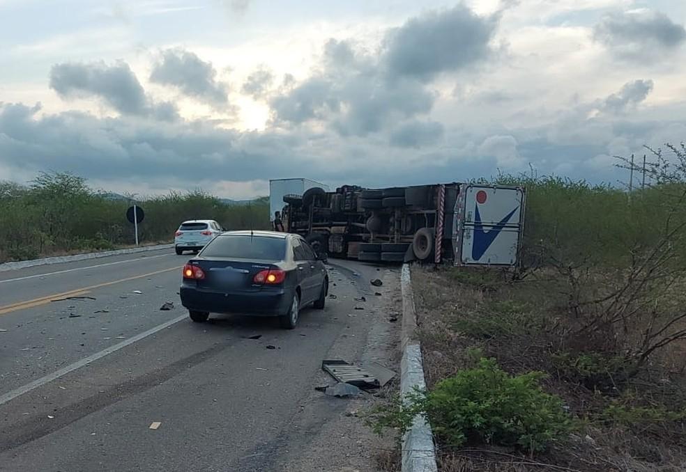 Carreta virou após acidente na BR-304, no RN.  — Foto: Redes sociais