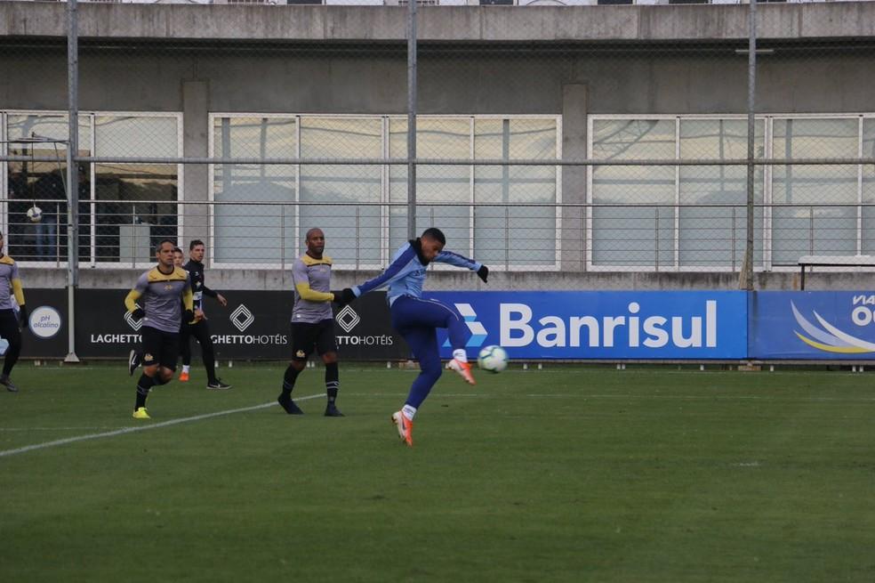 André anota o segundo gol do Grêmio no jogo-treino  — Foto: Eduardo Moura