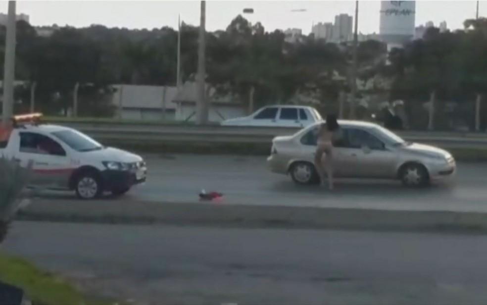 Travesti anda entre os carros pela BR-153 seminua em Goiânia Goiás — Foto: Reprodução/TV Anhanguera
