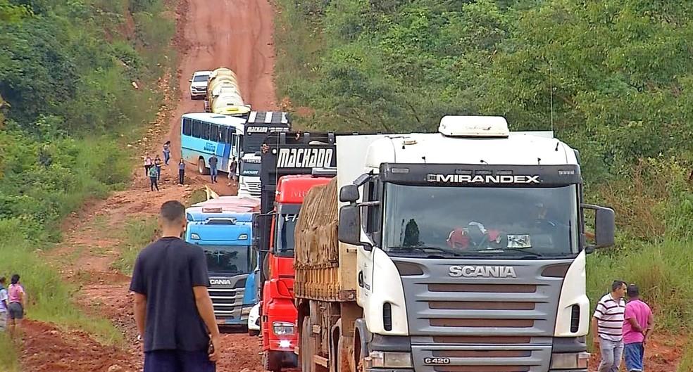 Motoristas ficam parados na BR devido aos atoleiros — Foto: TVCA/Reprodução