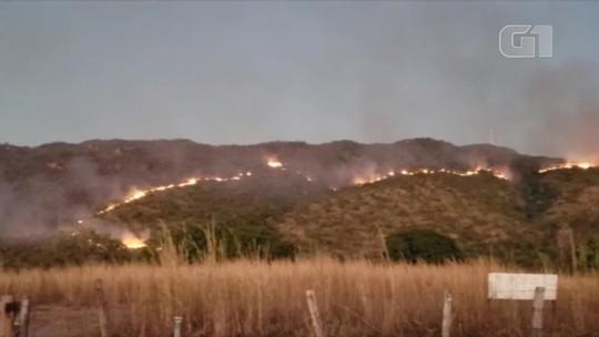 Queimada atinge serra e Natividade fica coberta pela fumaça; veja o vídeo