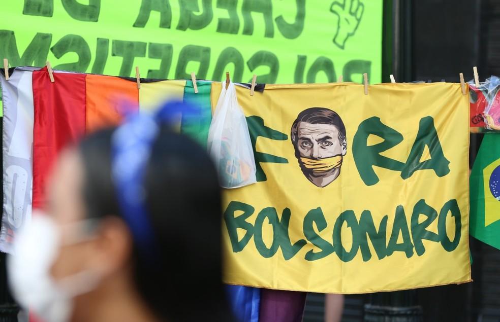 Manifestantes estenderam faixas e cartazes de protesto contra o presidente Jair Bolsonaro (sem partido), em Curitiba — Foto: Giuliano Gomes/PRPress
