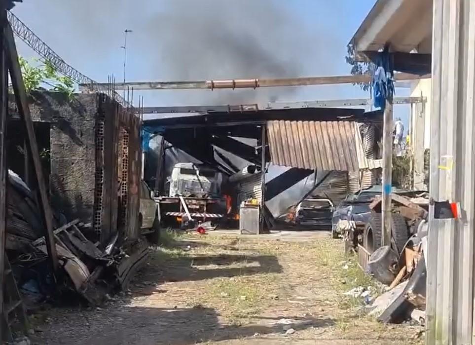 Incêndio atinge oficina e mobiliza equipes dos bombeiros em Guarujá, SP