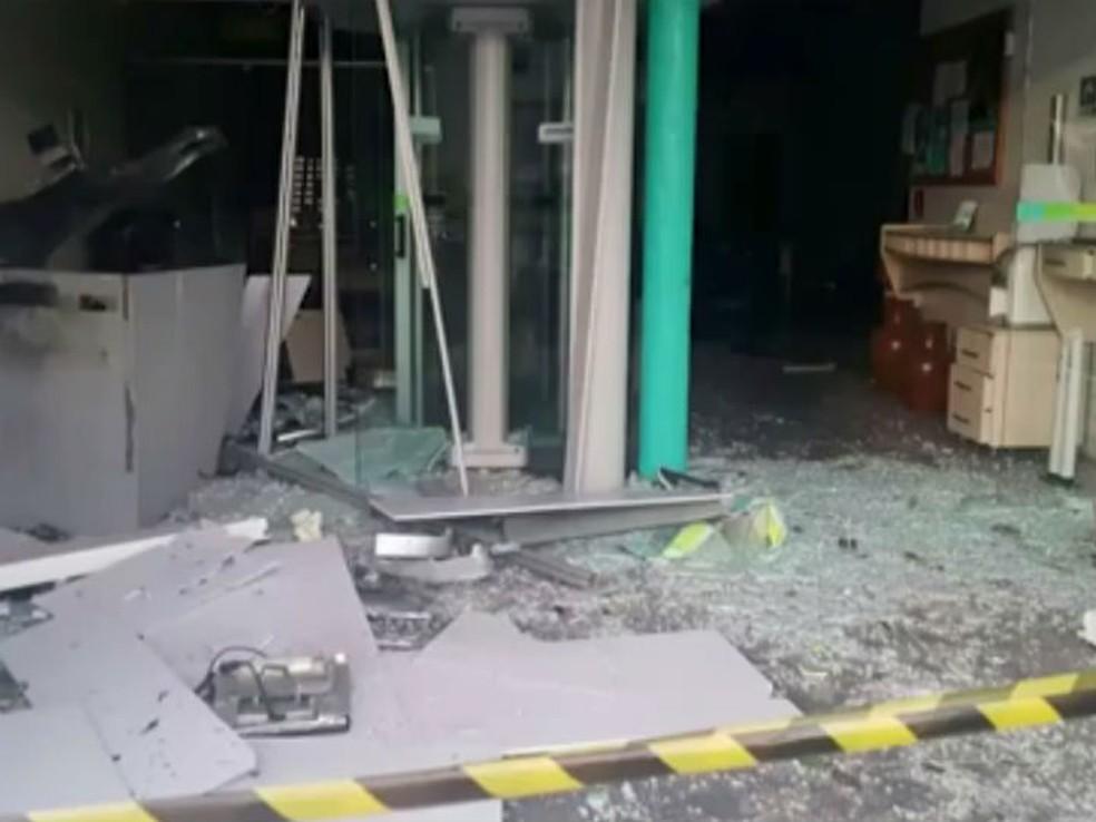 Um dos bancos de Nova Fátima que foi explodido na madrugada desta sexta-feira (10) (Foto: Imagem/TV Subaé)