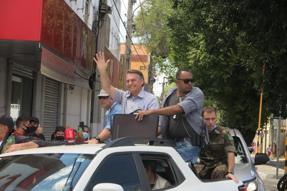 Bolsonaro desfila em carro aberto em Juazeiro do Norte, no Ceará, e gera aglomeração de simpatizantes — Foto: Antônio Rodrigues/SVM