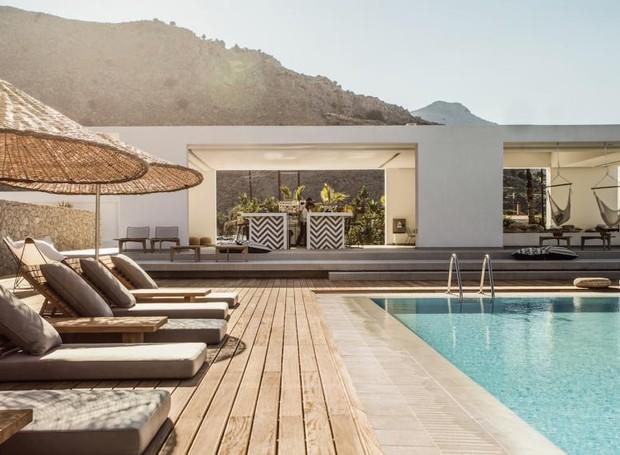Neste hotel, a modernidade é contrastada pela palha e pela madeira  (Foto: Casa Cooks/  Reprodução)