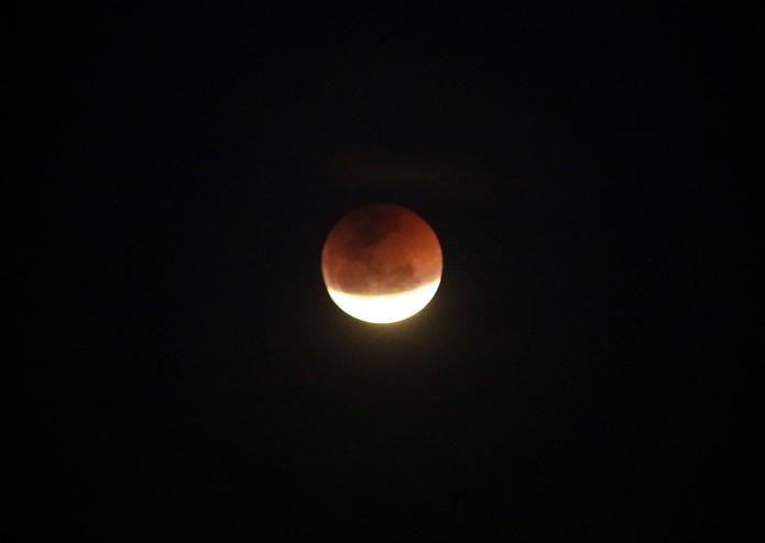 Em Curitiba a Lua de sangue pode ser observada nesta sexta-feira (27) (Foto: Giuliano Gomes/ PR Press)