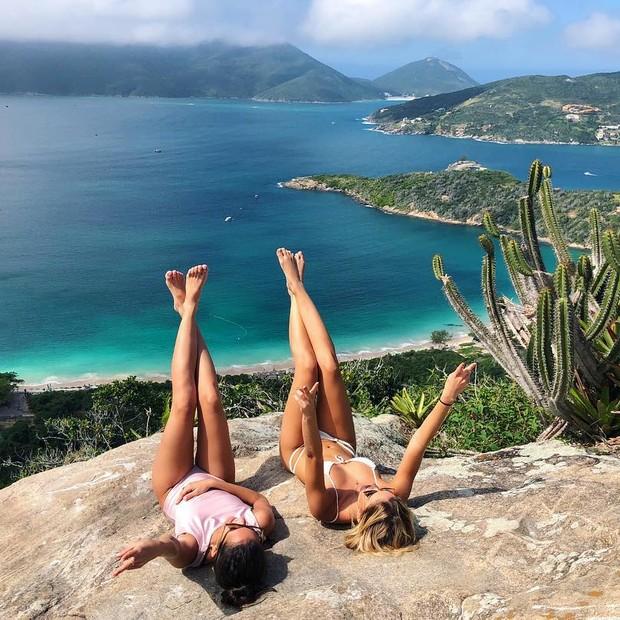 Carol Dias e uma amiga (Foto: Reprodução Instagram)