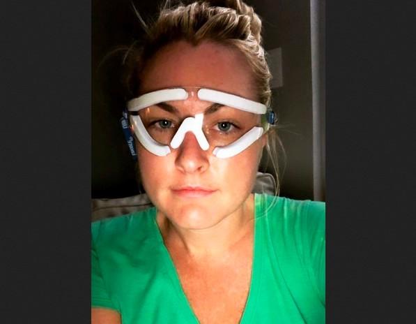 A última foto compartilhada pela jornalista e apresentadora Jessica Starr no Facebook, enquanto se recuperava de uma cirurgia nos olhos (Foto: Facebook)