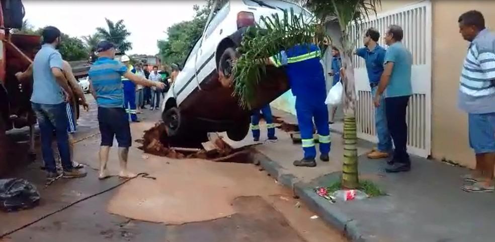 Carro foi retirado com ajuda de caminhão da prefeitura (Foto: Arquivo Pessoal)