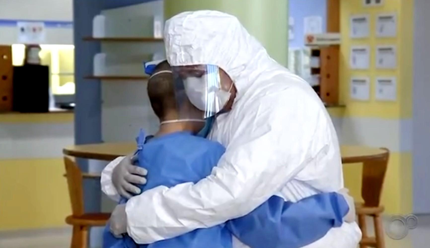 Menino de Manaus que faz tratamento de câncer no interior de SP reencontra pai após quase 4 meses; veja o vídeo