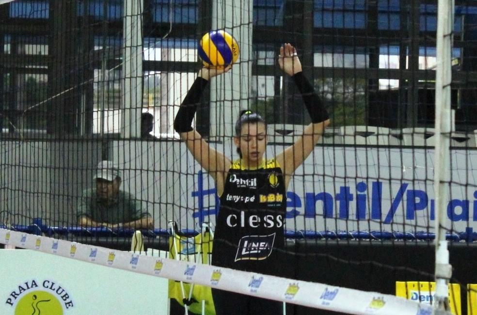 Carol retorna ao Brasil após passagem no voleibol da Turquia — Foto: Lucas Papel